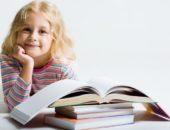 ребенок с учебником
