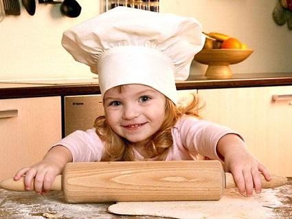 маленькая помощница, девочка помогает на кухне, ребенок на кухне