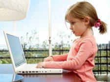 девочка за компьютером, ребенок и компьютер