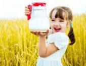девочка держит кувшин с молоком, ребенок и молоко