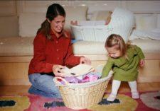 ребенок помогает маме