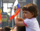 ребенок с российским флагом