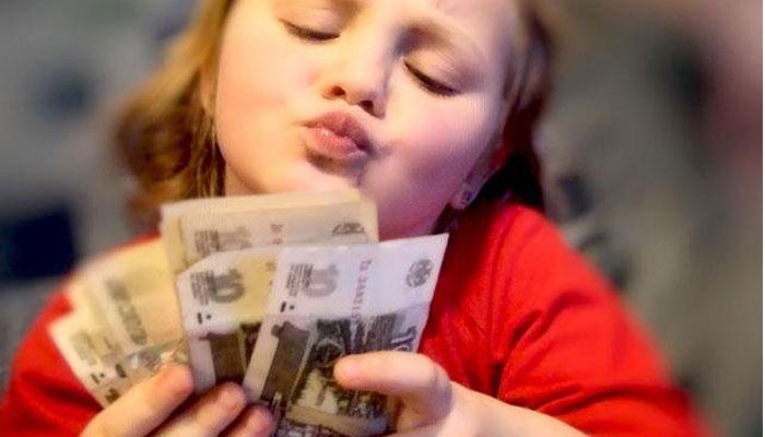 маленькая девочка с деньгами в руках