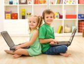 девочка и мальчик держат на коленях ноутбуки
