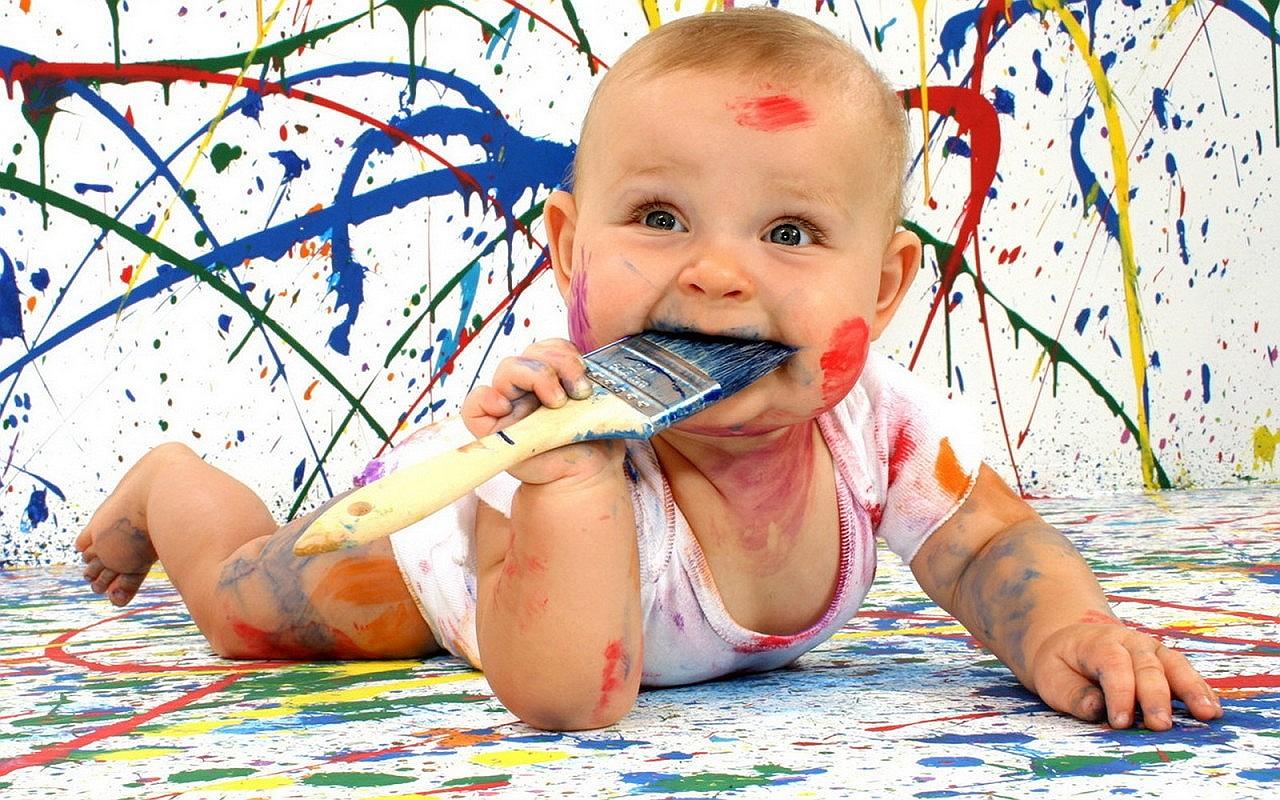 Малыш рисует красками