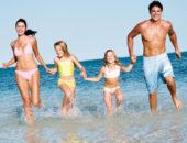 Семья бежит по воде
