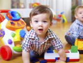 Занятный малыш с развивающими игрушками