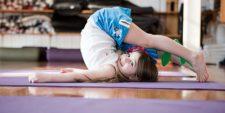 Девочка на гимнастическом коврике
