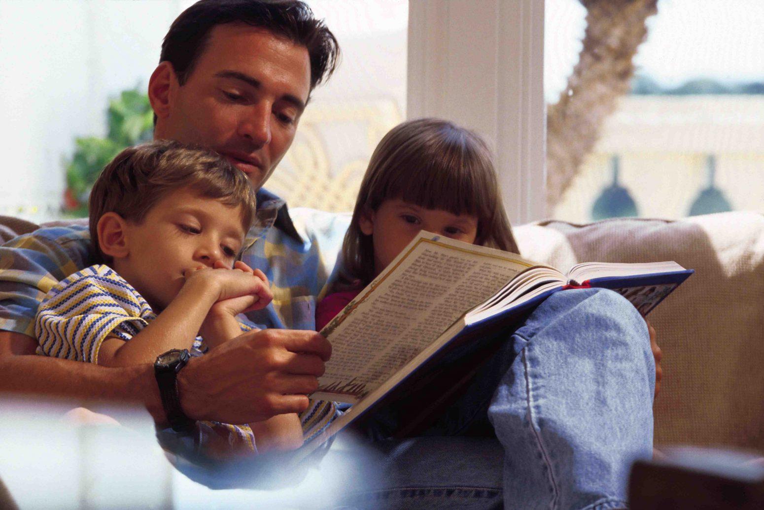Папа читает детям книгу