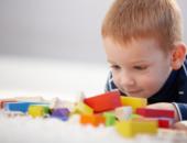 рыжий мальчик с кубиками