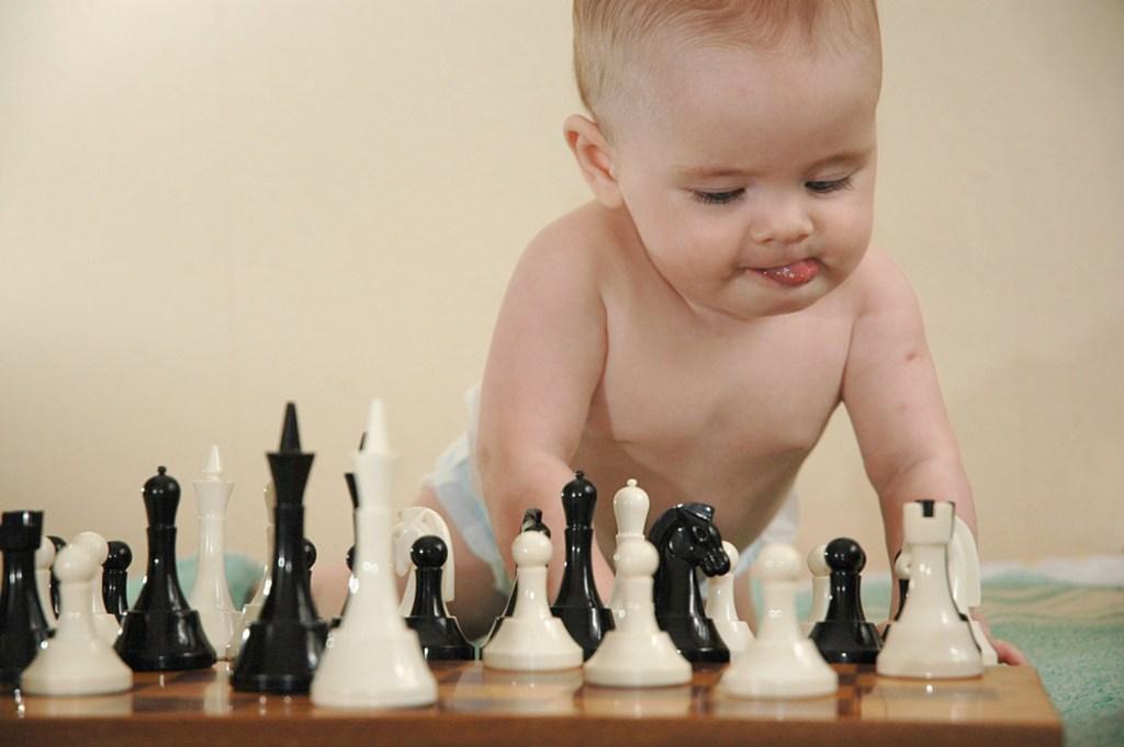 малыш играет в шахматы