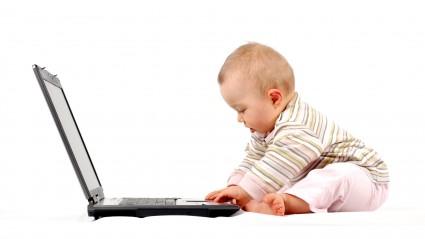 Малыш за ноутбуком