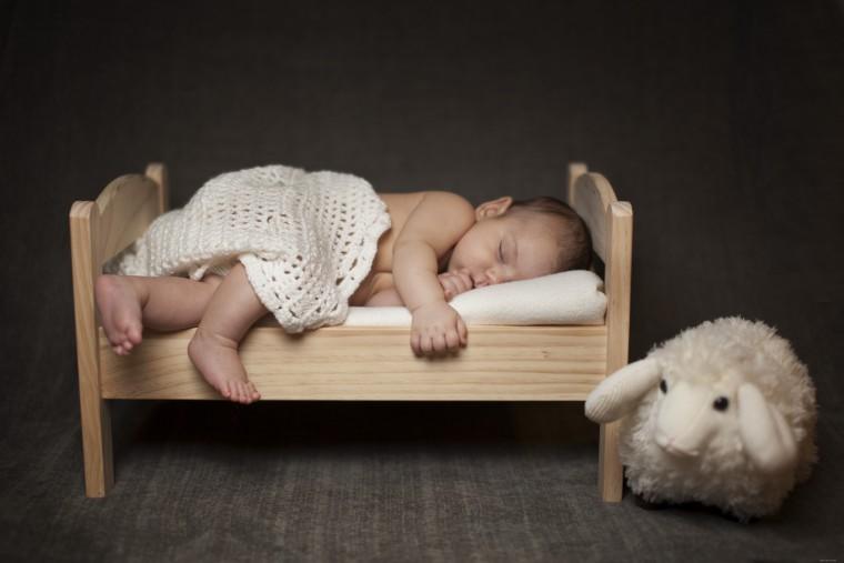 Малыш в кроватке