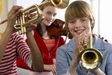 Дети играют на трубах