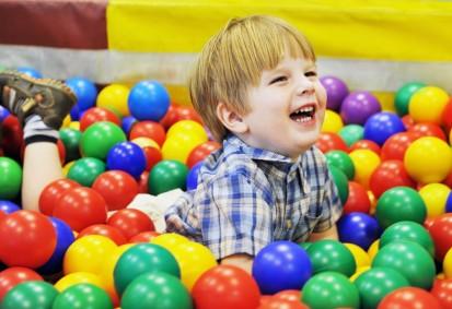 мальчик играет в шариках