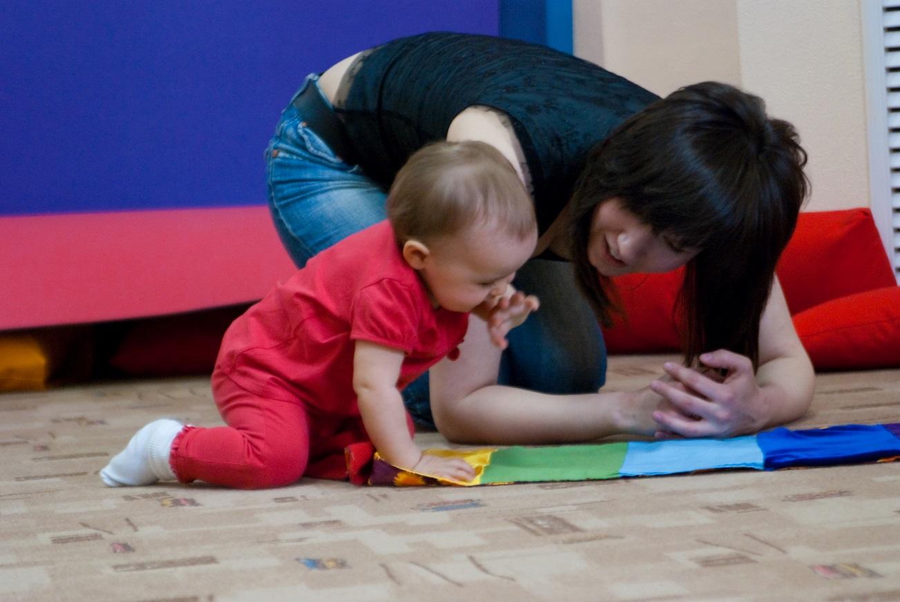 ребенок ползает по коврику