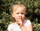 Девочка прикрыла рот пальцем