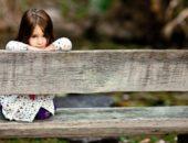 Задумчивая девочка на лавке