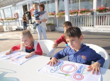Дети изучают правила поведения за столом