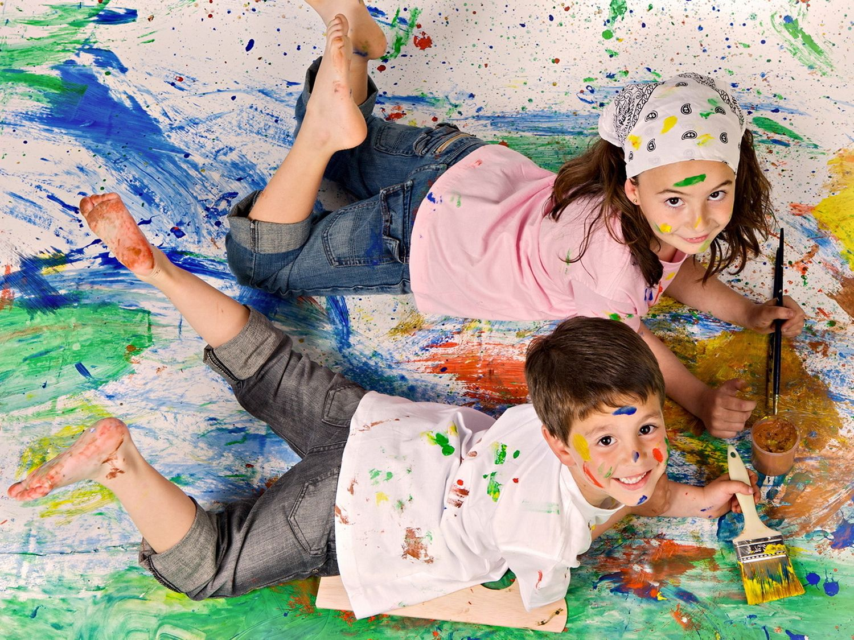 Весёлые дети, перепачканные красками