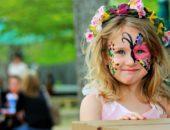 Улыбающаяся девочка с рисунком на лице