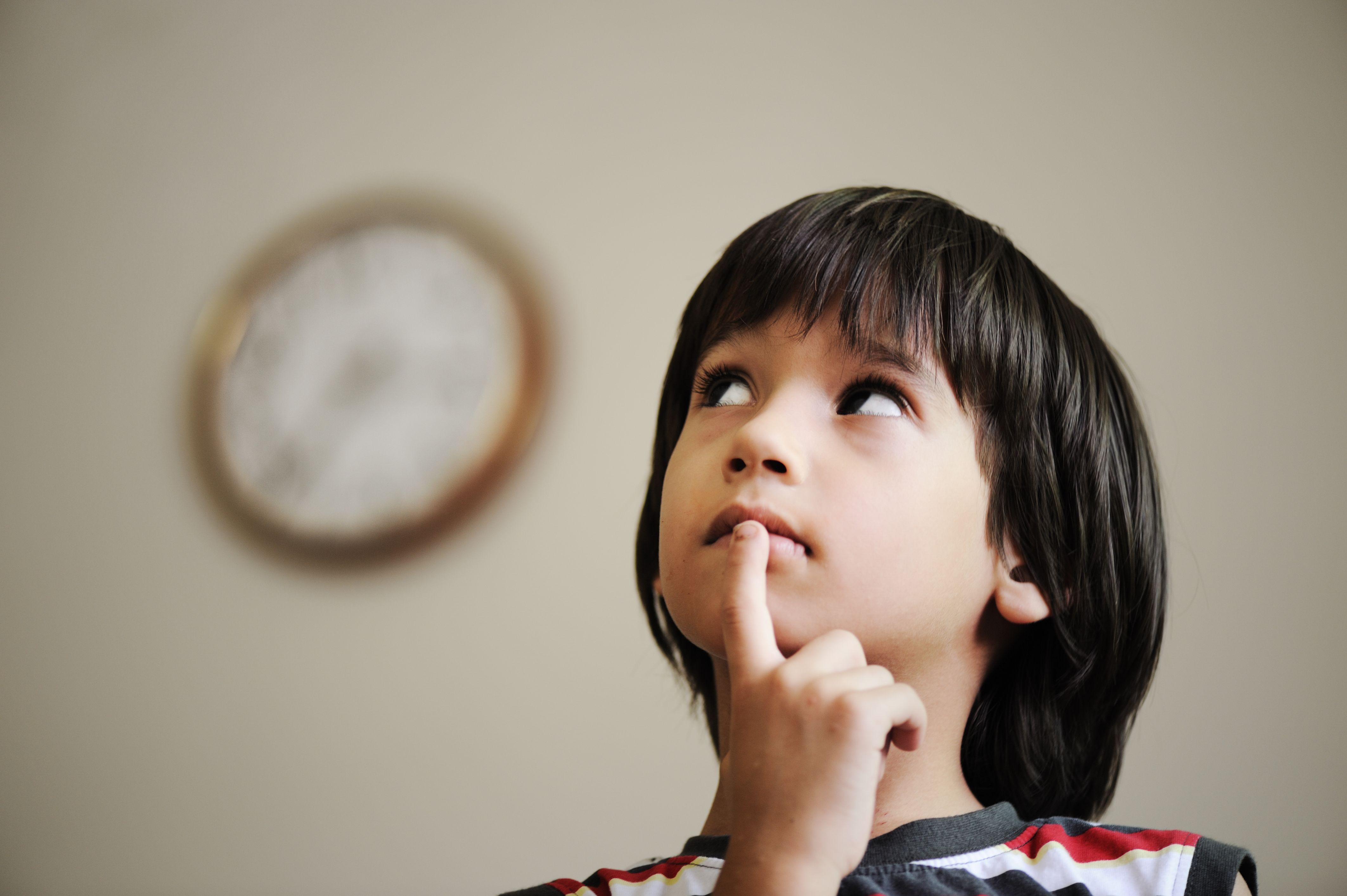 Мальчик думает, который час