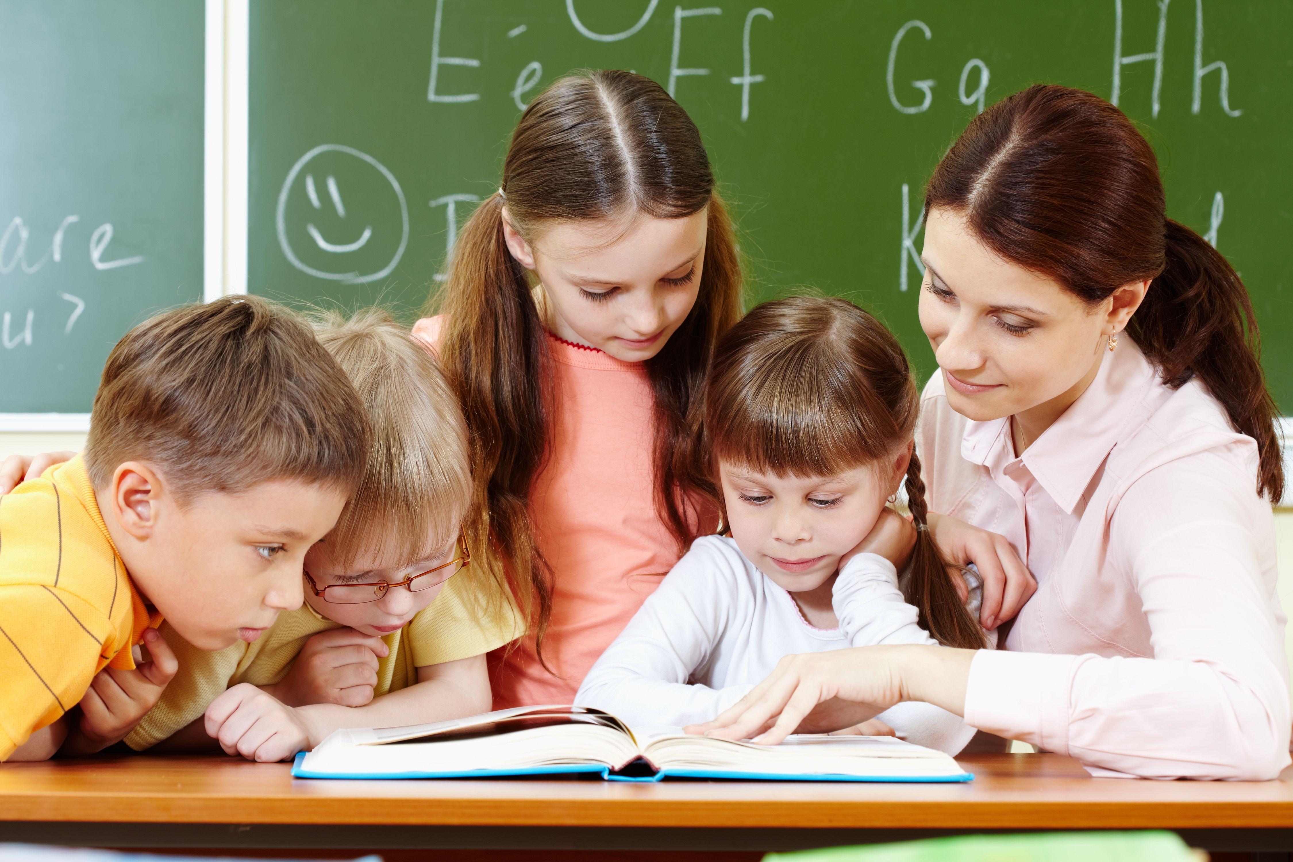 Учительница с учениками