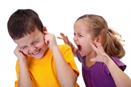 Девочка нападает на мальчика