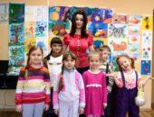 Воспитатель и дошкольники в детском саду