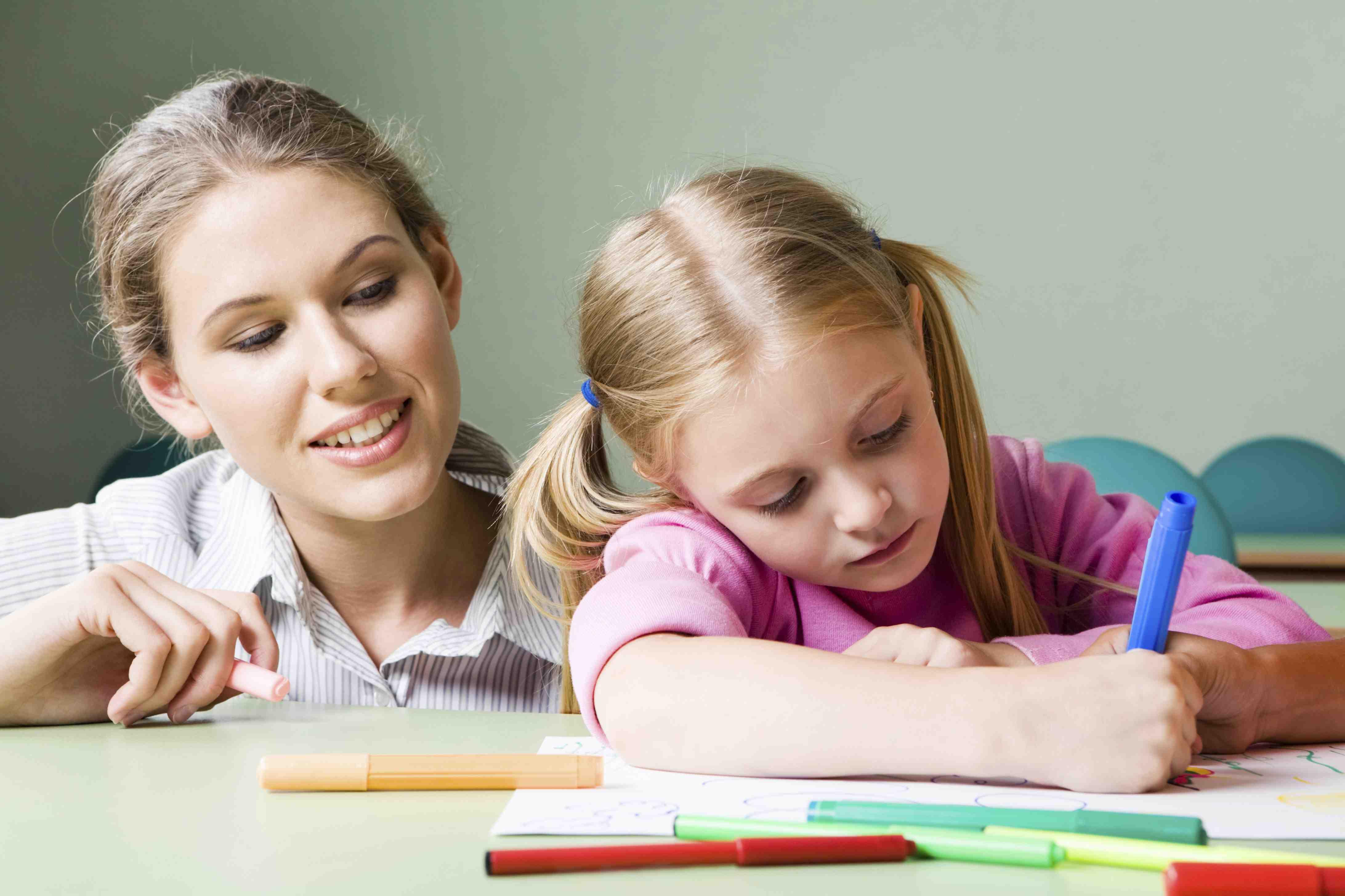 Воспитатель занимается с девочкой