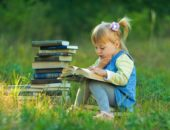Малышка с книгами
