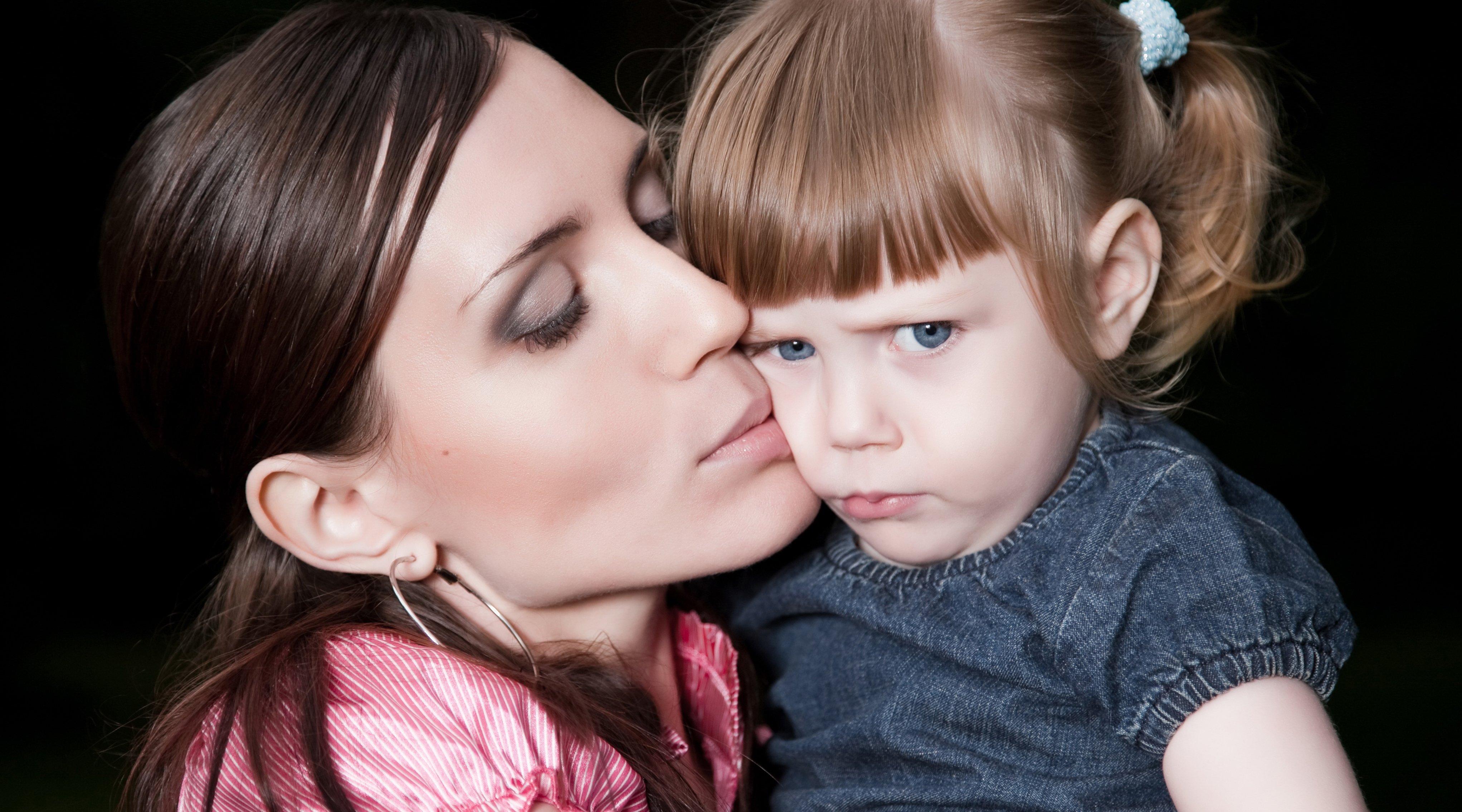 Мама целует дочь