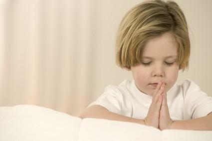 Ребёнок сложил руки в молитве