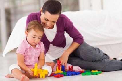 Ребёнок с мамой собирает конструктор