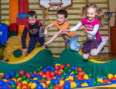 Дети прыгают в батут с шариками