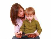 Ребёнок с мамой читает книгу