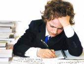 Мальчик пишет в тетради