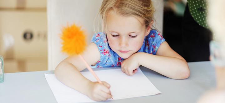 Девочка учится писать
