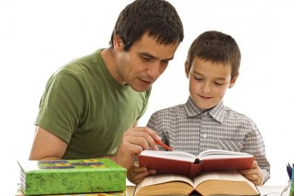 Папа с сыном учат таблицу умножения