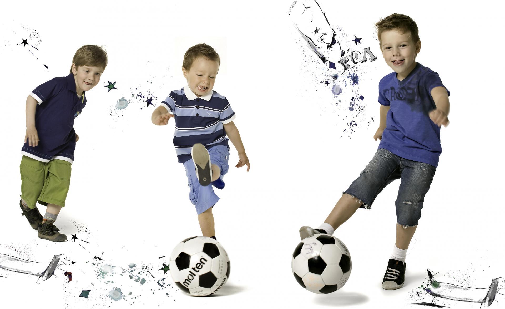 Мальчики играют в футбол