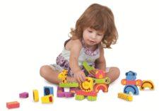 малыш среди игрушек