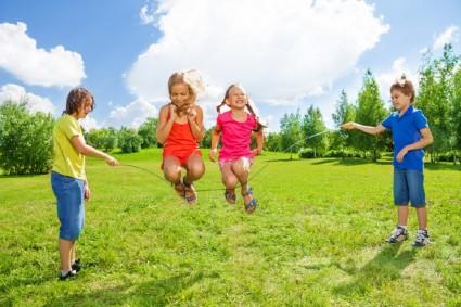 Дети развлекаются со скакалкой