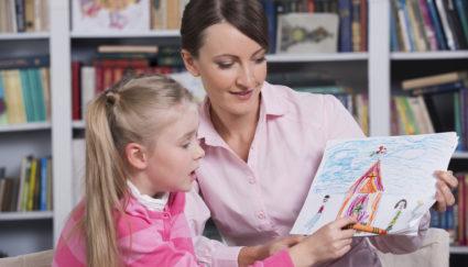 Психолог и ребёнок обсуждают рисунок