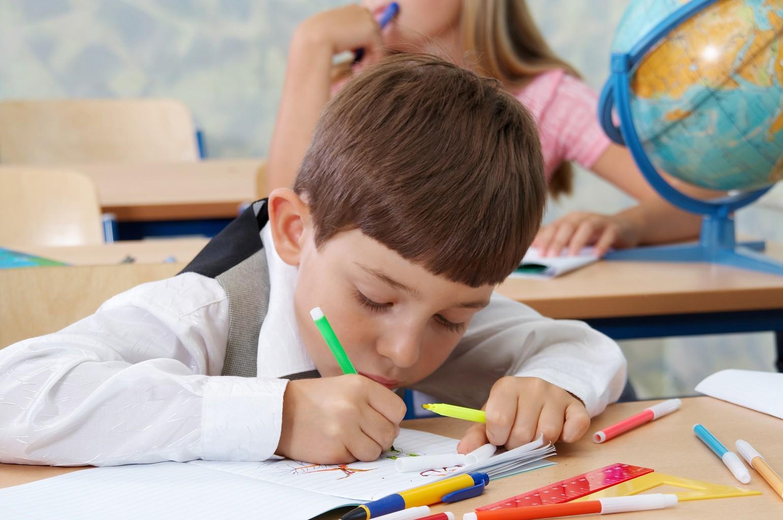 Школьник пишет тест