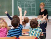 Школьники тянут руки