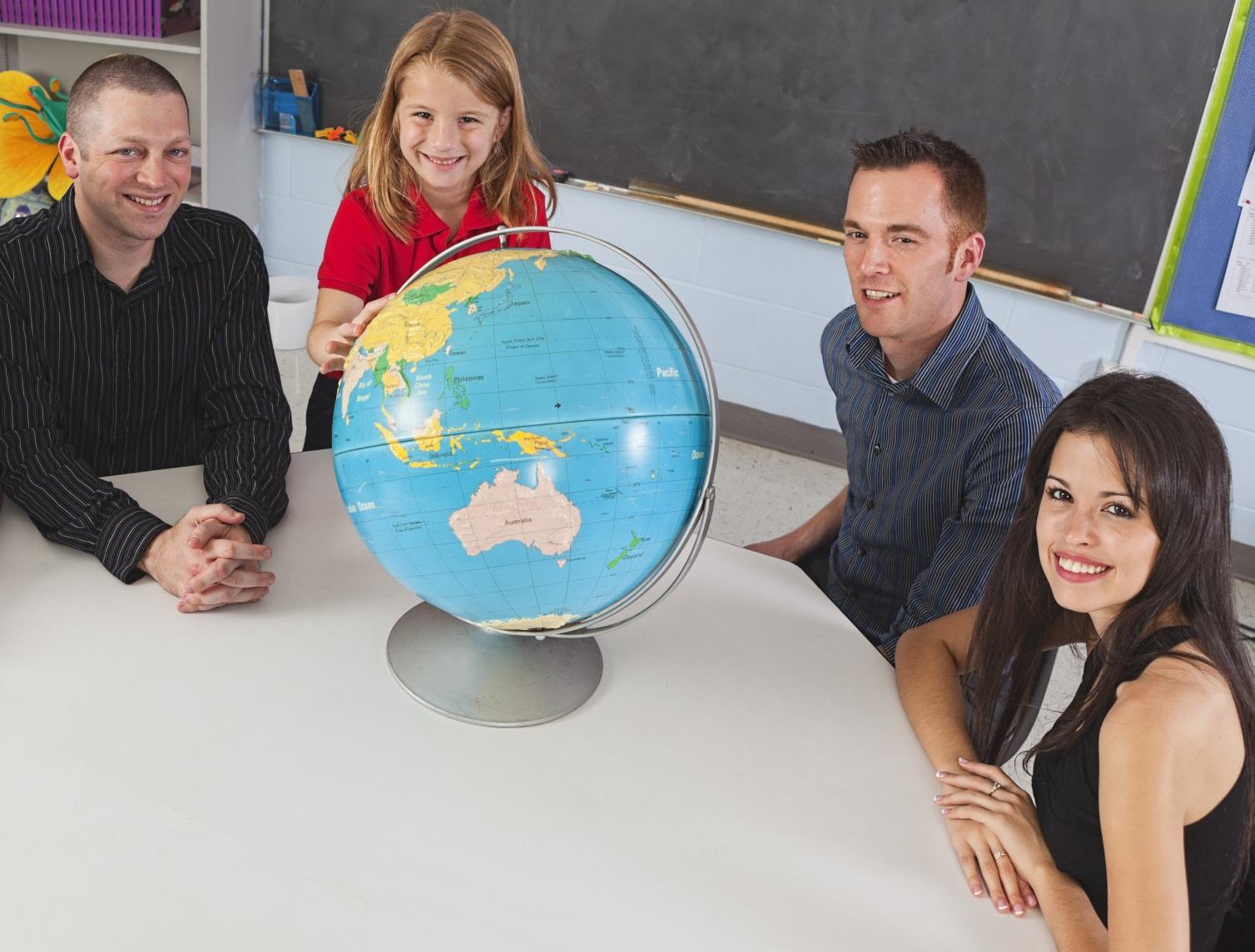 Учитель, родители и ребёнок за столом