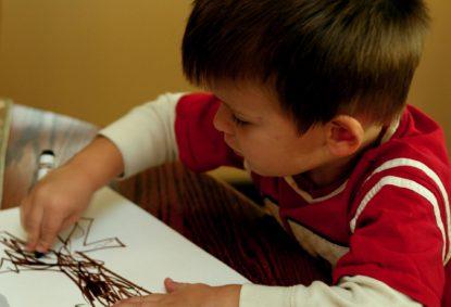 Мальчик рисует дерево