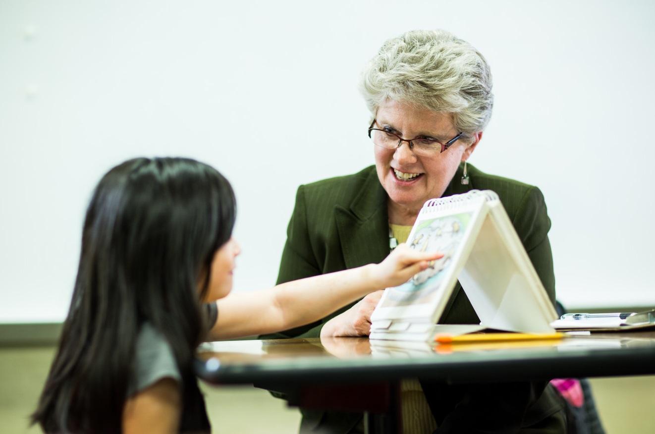 Психолог и ребёнок, работающий над заданием