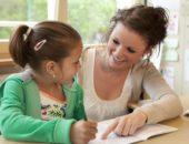 Учитель и школьница работают над заданием