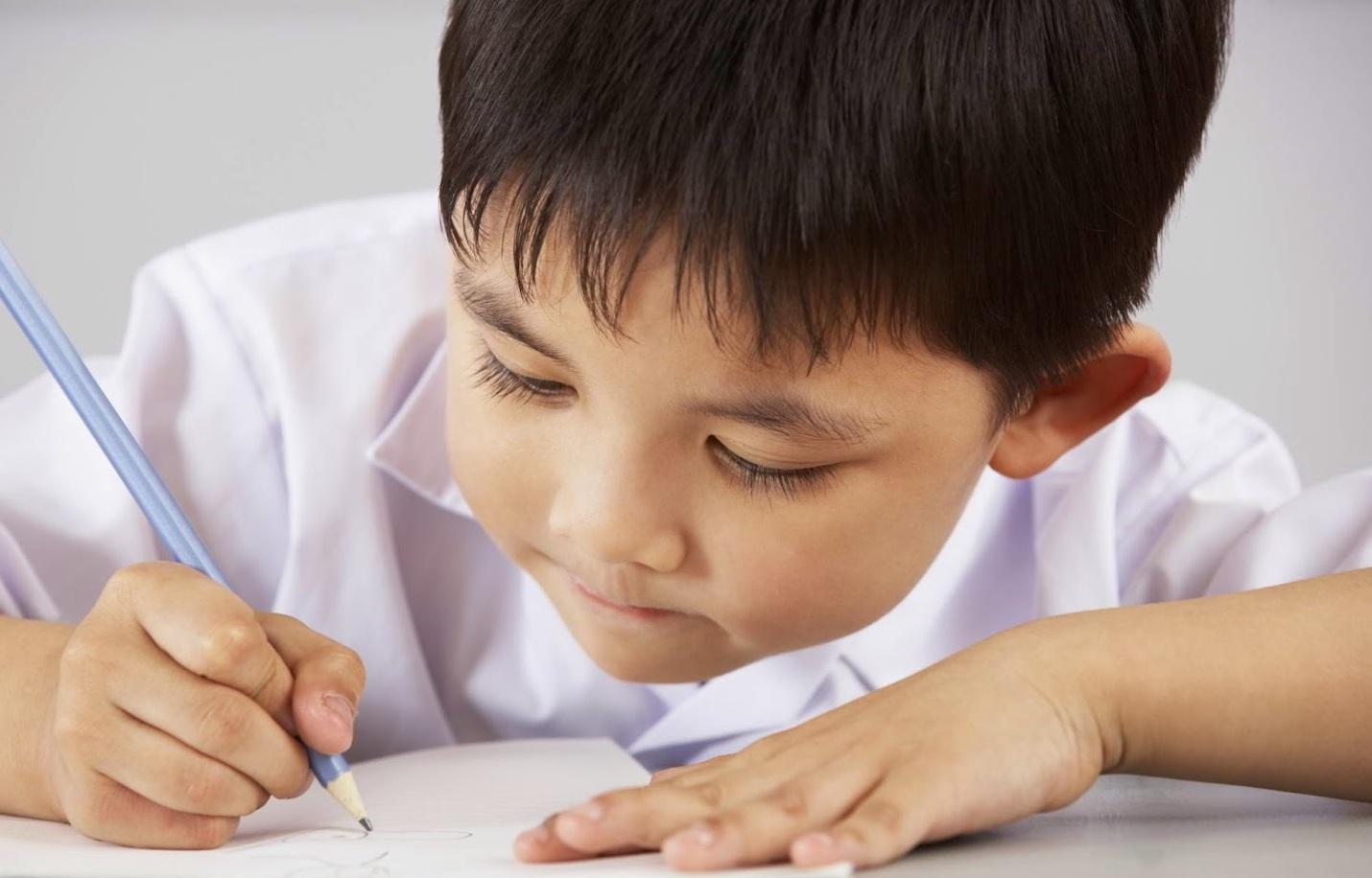 Пишущий мальчик